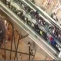 [VIDEO] El espeluznante momento en que una escalera eléctrica se sale de control en Hong Kong causando 18 heridos
