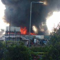 [VIDEO] El registro de las llamas y la gran columna de humo negro provocadas por incendio que afecta a fábrica de Maipú
