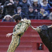 [VIDEO] Impresionantes cornadas recibe torero en plaza de toros de Valencia