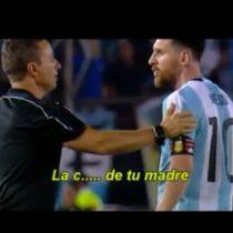 [VIDEO] El registro de los insultos de Messi a un juez de línea y un asistente que le pudieron costar la expulsión
