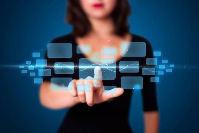 Mujeres se entretienen e informan principalmente en redes sociales desplazando a la TV