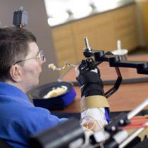 La neuroprótesis que permitió a un tetrapléjico comer y beber por sí mismo