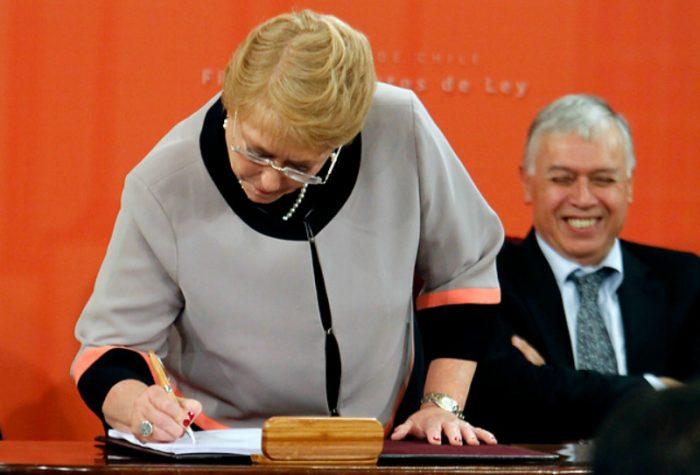 Presidenta Bachelet firma proyectos de ley para dividir el Sename y combatir incendios forestales