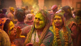 Viudas se llenan de color en India