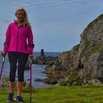 [VIDEO] La mujer que sufrió cáncer en los huesos y ahora escala montañas con muletas