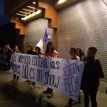 """""""Funa"""" en las afueras de Canal 13 en contra de casting a mujeres victimas de violencia"""