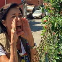 [VIDEO] A los gritos a 300 metros de distancia: así se comunica la madre del opositor Leopoldo López con su hijo preso en Venezuela