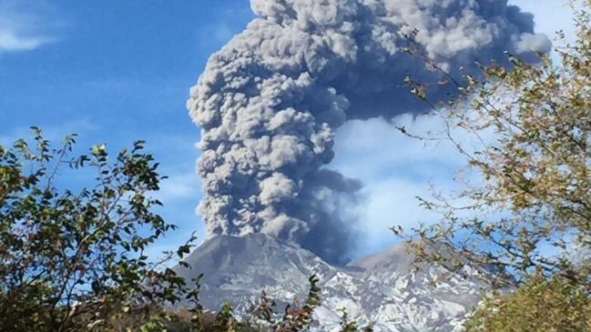 Volcán Nevados de Chillán emite pulsos eruptivos y alerta a autoridades