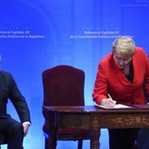 Bachelet firma proyecto para reformar capítulo 15 de la Constitución y apuesta por una Convención Constitucional