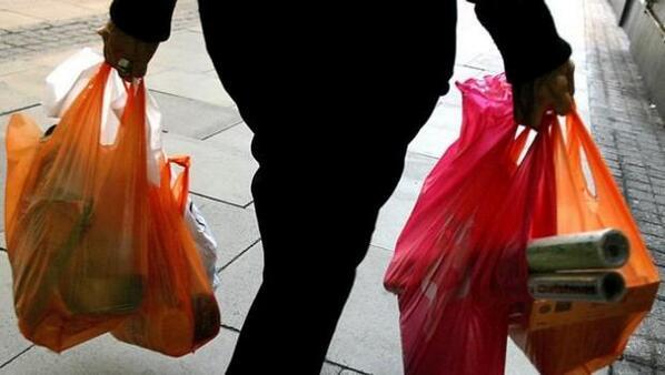 """Greenpeace por encuesta de medio ambiente: """"Si 9 de cada 10 chilenos quieren prohibir las bolsas plásticas no hay razón a negarse por parte de las empresas y supermercados"""