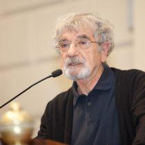 Humberto Maturana defiende polémica tesis del doctor Soto sobre el cáncer