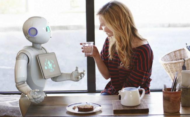El amigable recibimiento de los oficinistas a sus nuevos colegas robóticos