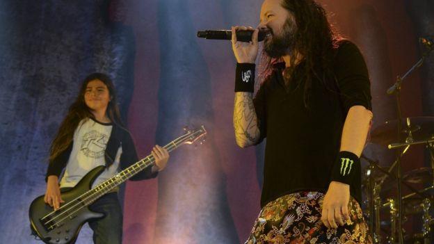 Tye, el hijo de 12 años de Robert Trujillo, de Metallica, que llega a Chile como bajista de Korn