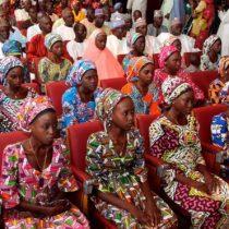 Nigeria: liberan a 82 niñas de la escuela de Chibok secuestradas por el grupo radical Boko Haram