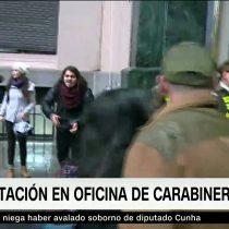 [VIDEO] Estudiantes protestan frente a Dirección General de Carabineros: