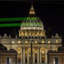 Greenpeace proyecta mensaje para Trump en el Vaticano antes de su visita al Papa Francisco