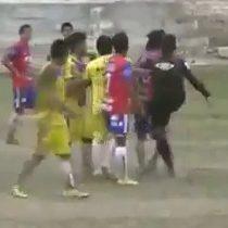 [VIDEO] Insólito: Árbitro cobra venganza contra jugador que lo había golpeado y lo patea