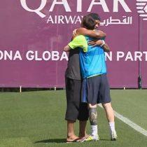 [VIDEO] Ronaldinho sorprende a Lionel Messi y jugadores del Barcelona con inesperada visita a su entrenamiento