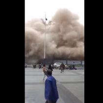 [VIDEO] El gran susto que se llevaron transeúntes al derrumbarse un edificio en China
