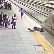 [VIDEO] Empleado ferroviario en China salvó a mujer que se lanzó a un tren