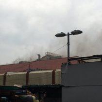 Incendio destruye local de mall en pleno barrio Meiggs