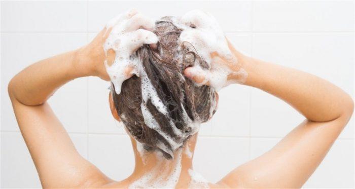 Esta sería la forma correcta de lavar el cabello según un experto
