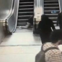 [VIDEO] Niño se viraliza al quedar atrapado en unas escaleras mecánicas de Estambul