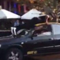 [VIDEO] Taxista atropella a joven con el que mantenía una discusión en Providencia