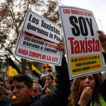 Taxistas se bajan del auto y marchan a pie por la Alameda contra Uber y Cabify
