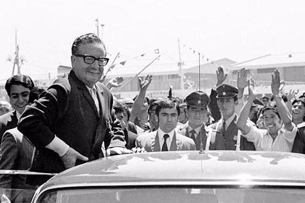 Autor de libro sobre Allende y nueva Constitución: «el proceso de transformaciones debe tener una política militar democrática»