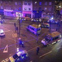 Reino Unido: al menos 1 muerto y 8 heridos luego de que una furgoneta embistiera a peatones cerca de una mezquita en Londres