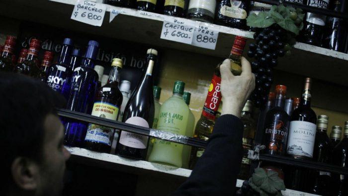 Nuevo estudio sobre consumo de alcohol revela que chilenos beben 6.4 litros del producto al año