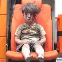 [VIDEO] Así luce hoy el niño que se convirtió en símbolo de la guerra en Siria