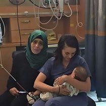 Más allá de los conflictos: enfermera judía amamanta al hijo de una palestina herida en accidente de tráfico