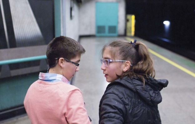 La decisión que cambió la vida las gemelas chilena que ahora son hermano y hermana