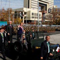 [VIDEO] Bachelet llegó en jeep de la Armada al Congreso porque el tradicional Ford Galaxie quedó 'en pana'