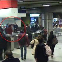 [VIDEO] Metro publica registro de cámaras de seguridad al momento de la violenta pelea en estación Tobalaba