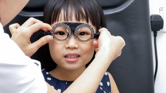 Educación remota y menor exposición a luz solar incrementa el riesgo de miopía en niños