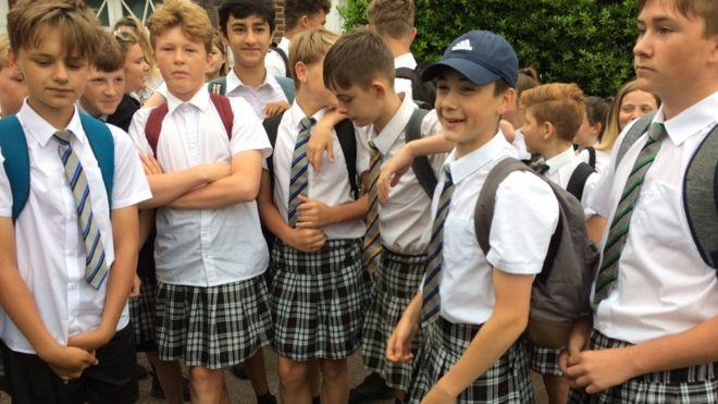 ¿Por qué decenas de niños decidieron ir a la escuela en falda en Reino Unido?