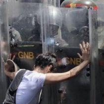 Maduro reemplaza a su cúpula militar en medio de crecientes protestas