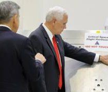 Vicepresidente de Estados Unidos, Mike Pence, tocó un aparato con advertencia de