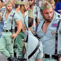 Los ajustados uniformes de la Legión española sacan suspiros