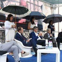 Esta imagen desató tremenda polémica en Italia: grupo de políticos debaten, mientras mujeres afirman sus paraguas