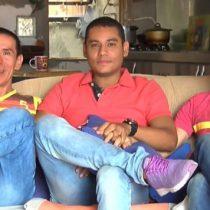 """[VIDEO] Cómo vive la """"trieja"""" de Medellín, el primer matrimonio de tres hombres en Colombia"""