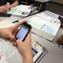 Contra la corriente: académico propone que profesores usen los celulares como herramienta pedagógica