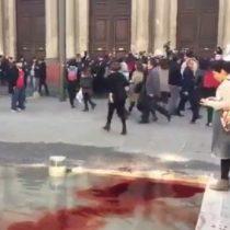 [VIDEO] Manifestantes tiñen de rojo fuente de la Corte Suprema en rechazo al fallo en caso Nabila Rifo