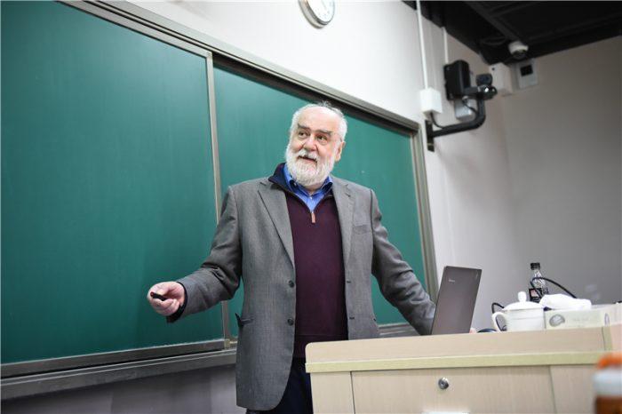 """Matemático chileno es eminencia mundial en el estudio de los """"problemas inversos"""""""