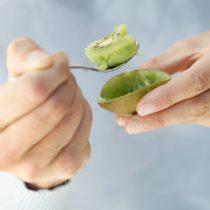 Superalimento: impacto benéfico del kiwi supera a otras frutas según estudios