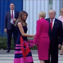 [VIDEO] El momento en que la primera dama de Polonia deja con la mano estirada a Donald Trump