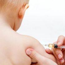 Países europeos obligan a padres a vacunar a sus hijos. ¿Chile debiese replicar la medida?
